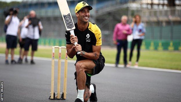 Daniel Ricciardo plays cricket