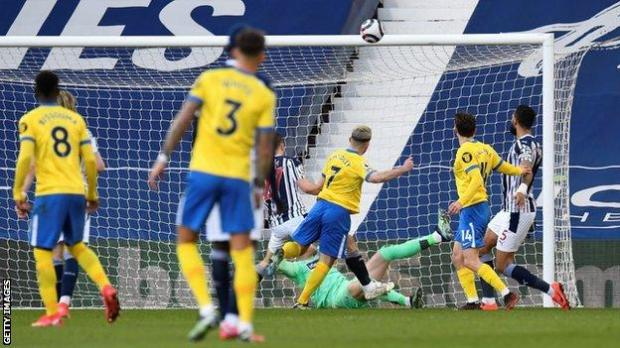 Aaron Connolly misses a huge chance for Brighton early in the second half