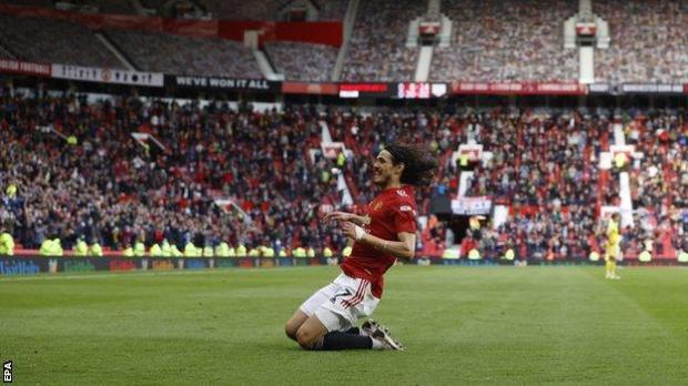 Edinson Cavani celebrates scoring against Fulham