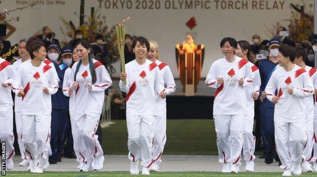 Azusa Iwashimizu and team-mates