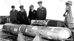 oficiales estadounidenses con la bomba H recuperada en Palomares