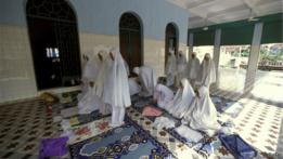 Warga di masjid