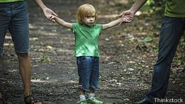 Un niño con sus padres