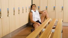 Una persona en los baños de un gimnasio