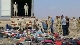 Investigadores en el lugar del accidente del Metrojet en Egipto