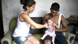 Angelica Pereira y Dejailson Arruda con su hija Luiza