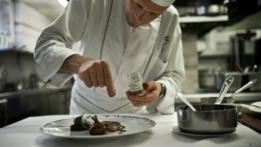 Chef sazonando un plato