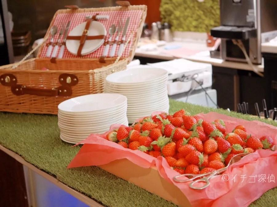 イチゴ探偵|シャンパン・バーで「ストロベリー・ピクニックブッフェ」各テーブルにカゴ入りいちご&チョコフォンデュも!