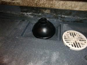 排水溝にラバーカップをかぶせる