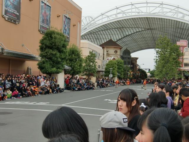 長い通路の両端は観客でいっぱいです!