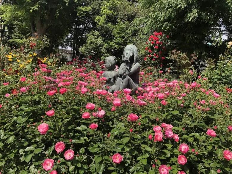 須和田公園の少女の像とバラ