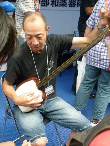 Showing the shamisen