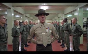 映画『フルメタル・ジャケット』より、ベトナム戦争に送り込む新兵を育成するシーン