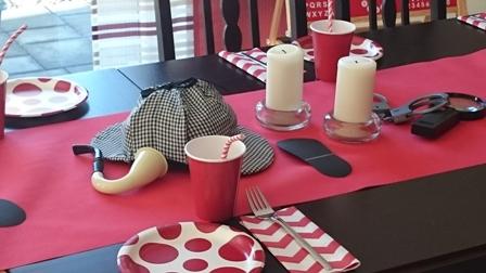 Sherlock Holmes Mütze und Pfeife, Fußspuren, Lupe und Handschellen