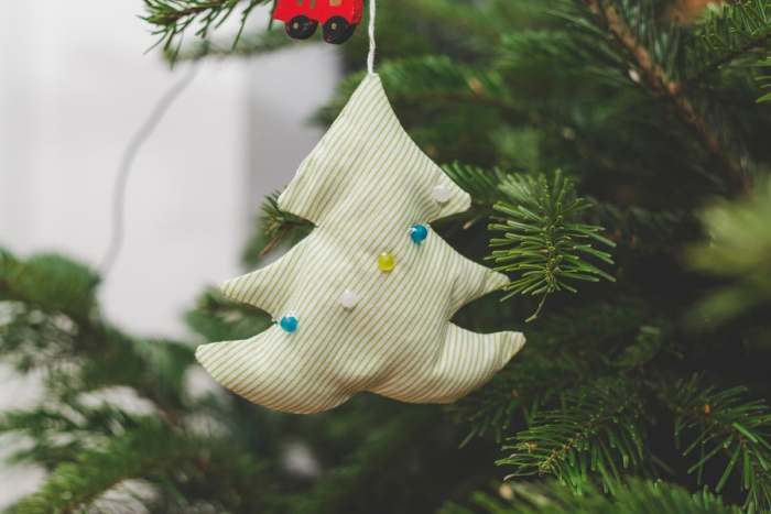 Planning a Holiday Craft Fair with Christmas ornaments to sell #craftfair #holidaycraftfair #ichoosejoyblog