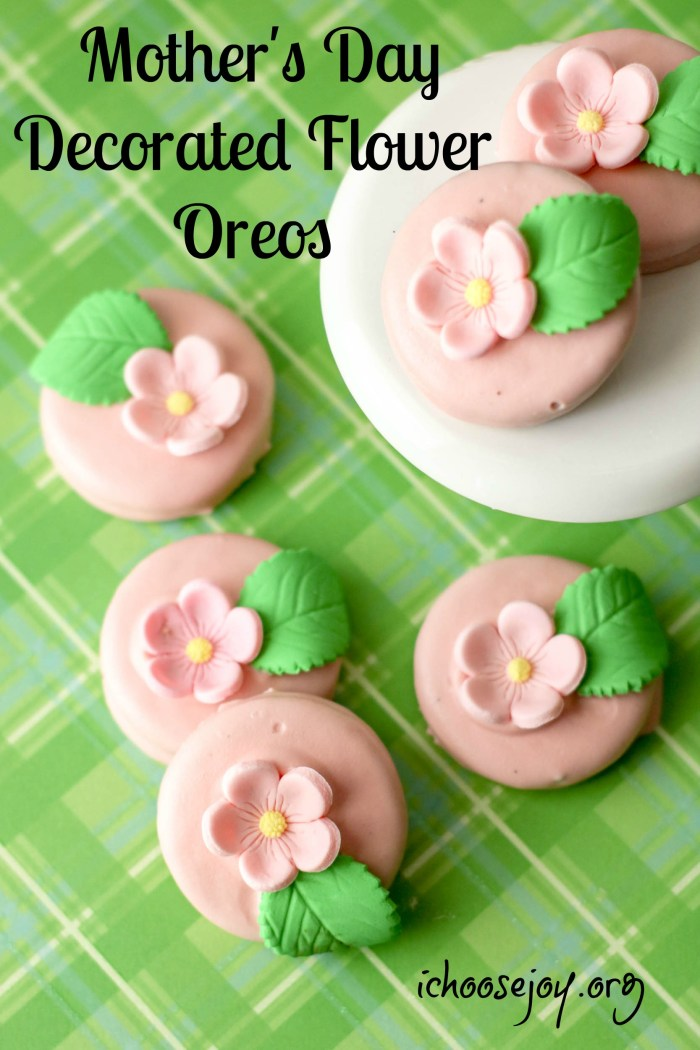 How to make Mother's Day decorated flower oreos. These beautiful cookies are a breeze to make, but are so pretty! #ichoosejoyblog #mothersday #cookies #decoratedcookies