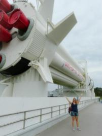Iris vor der großen Rakete im Rocket Garden-1200x900