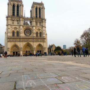 Frankreich Paris Notre Dame de Paris Kathedrale Kirche Gotik Île-de-la-Cité Glockenturm Fassade Vorplatz Parvis Kreidezeichnung