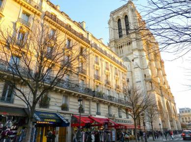 Frankreich Paris Notre Dame de Paris Kathedrale Kirche Gotik Île-de-la-Cité Glockenturm Fassade Straße Seite Souvenirgeschäfte