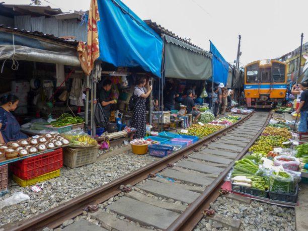 Thailand Mae Klong Train Market Schirmezurück Markt Zug