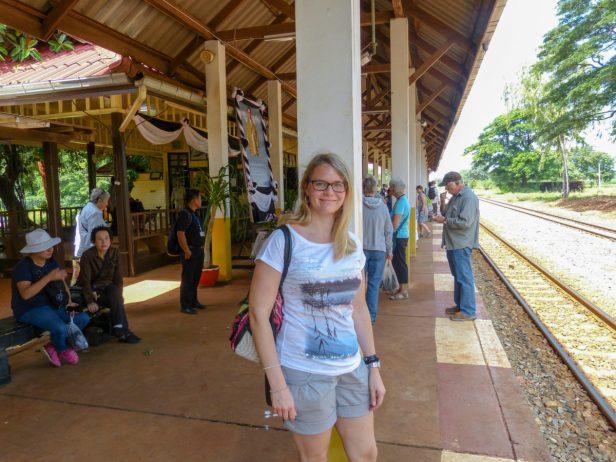 Thailand River Kwai Burmabahn Dschungel Bahnhof Thakilen Zug