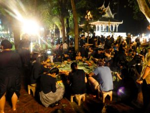 Thailand Bangkok Lichterfest Loi Krathong Santi Chai Prakan Park Chao Phraya Krathongs basteln
