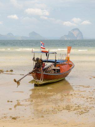 Thailand Koh Ngai Koh Hai Insel Andamanensee Inselparadies Strand Strandspaziergang Longtailboot