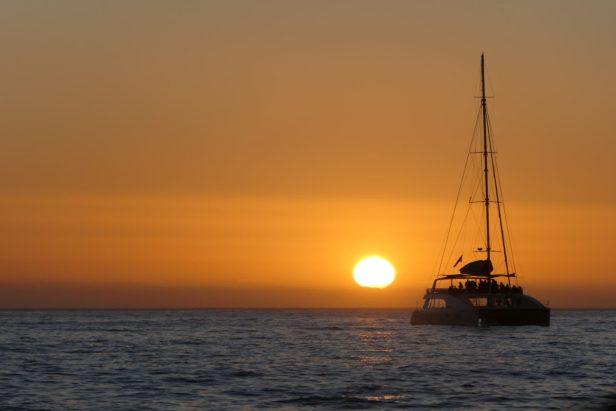 Südafrika Kapstadt Cape Town Victoria 6 Alfred Waterfront Sunset Cruise Sonnenuntergang Bootsfahrt Katamaran Orange