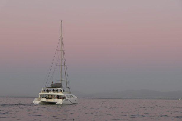 Südafrika Kapstadt Cape Town Victoria 6 Alfred Waterfront Sunset Cruise Sonnenuntergang Bootsfahrt Katamaran Abenddämmerung rosa