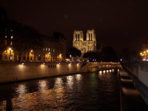 Frankreich Paris Notre Dame de Paris Kathedrale Gotik Fassade Glockenturm Seine Seineufer Nacht Nachtaufnahme