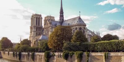 Frankreich Paris Notre Dame de Paris Kathedrale Gotik Kirchenschiff Glockenturm Fleche Vierungsturm Spitzturm Dach Seine Insel Ile-de-la-Cite Seinufer