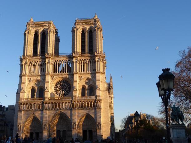 Frankreich Paris Notre Dame de Paris Kathedrale Gotik Fassade Glockentürme Parvis Vorplatz Abendsonne goldene Stunde