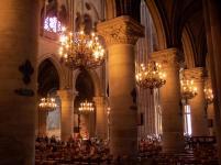 Frankreich Paris Notre Dame de Paris Kathedrale Gotik Kirchenschiff Innenraum Säulen Bögen Kronleuchter