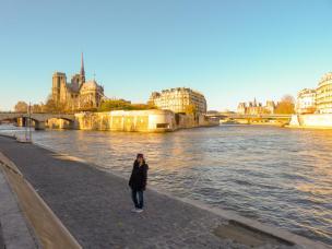 Frankreich Paris Notre Dame de Paris Kathedrale Gotik Kirchenschiff Glockenturm Fleche Vierungsturm Spitzturm Dach Seine Insel Ile-de-la-Cite Seineufer Spaziergang