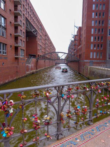 Deutschland Hamburg Hafen Speicherstadt Brücken Liebesschlösser Backstein
