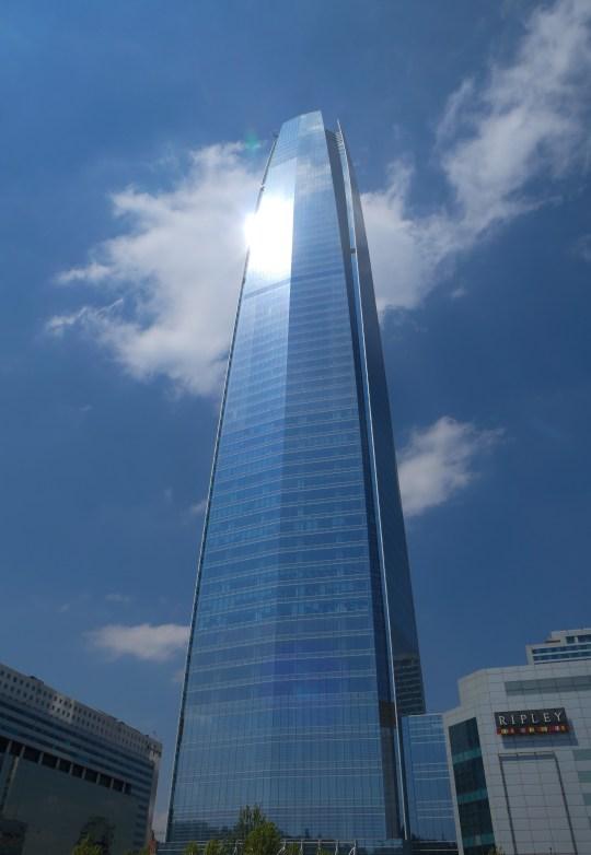 Südamerika Lateinamerika Chile Santiago Gran Torre Hochhaus höchstes Gebäude