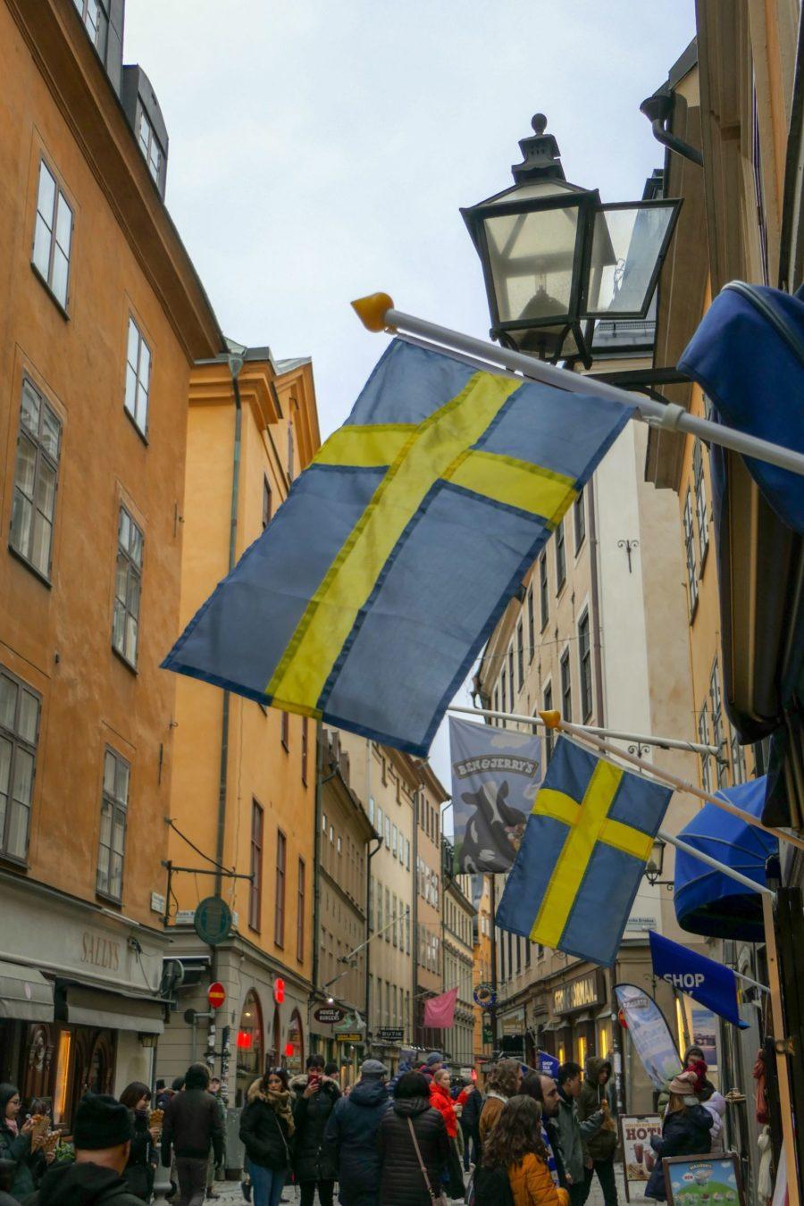 Stockholm Schweden Gamla Stan Stadsholmen Altstadt Gasse Schwedische Fahne