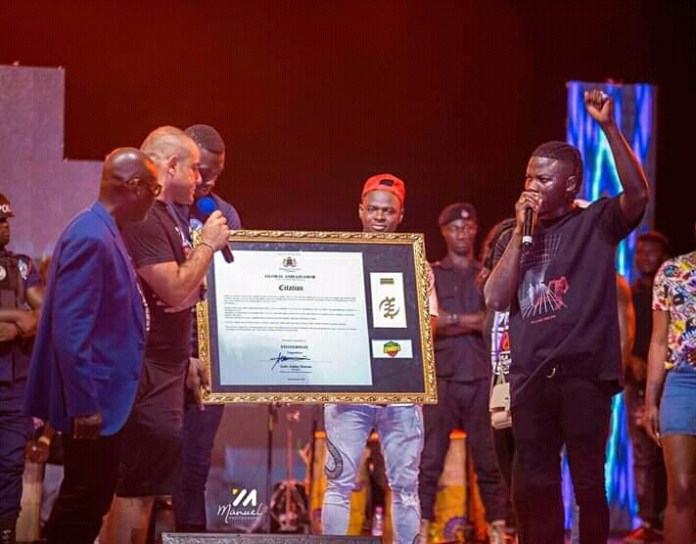 Stonebwoy honoured at the Zero Borla concert.