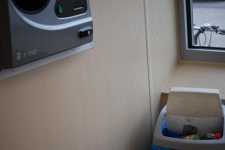 Mülleimer neben dem Rücknahmeautomat