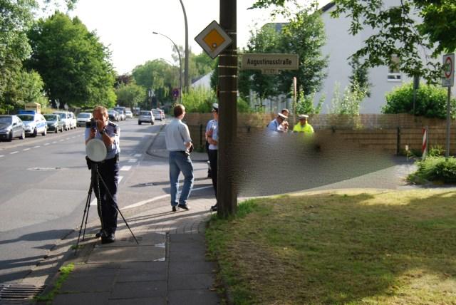 Verkehrssünder ist am Wutbürger-Kontrollpunkt ins Netz gegangen und der Wutbürger schaut bei der polizeilichen Ermittlungsarbeit zu