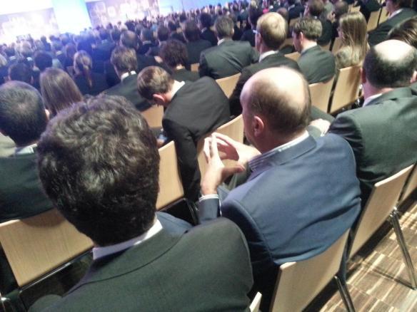 Merkel-Gipfel mit Männern in dunklen Anzügen: Foto von Hannes Schleeh