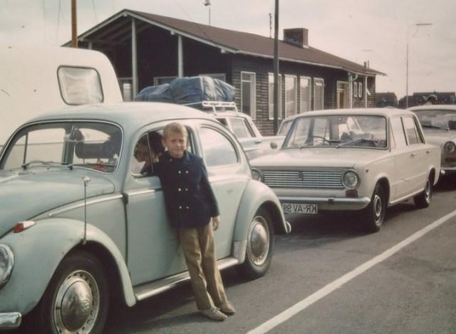 Gunni vor Papis VW-Käfer