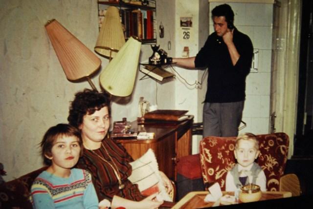 Eine vom Fluch der ständigen Erreichbarkeit genervte Familie.