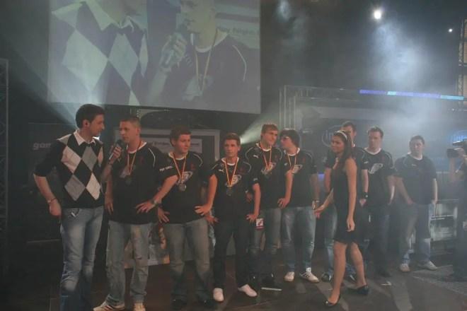 """Dennis """"Betze"""" Betzinger mit seinem Team nGize.eSports"""