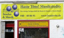 """Dieser Laden ist direkt gegenüber meiner Bushaltestelle und die Kombination """"Boule & Musik"""" finde ich höchst erstaunlich."""