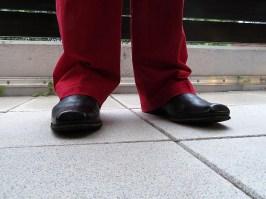 Der Mann hat neue Schuhe.