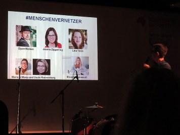 Initiator Leander Wattig vor den nominierten Menschenvernetzern.
