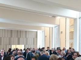 Und da hinten durch die offene Tür geht's in den Saal, wo einst die Maastrichter Verträge unterzeichnet wurden.