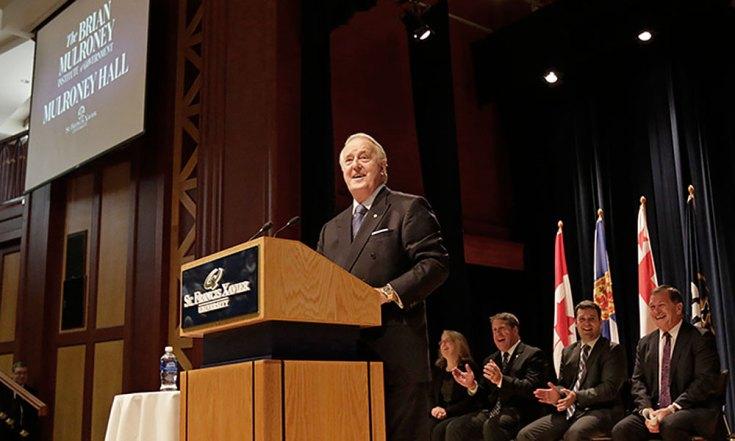 Brian Mulroney en 2016 lors de l'annonce de la création de l'Institut Mulroney