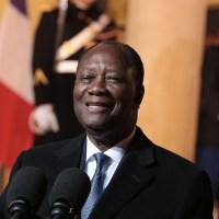 """Reçu par Macron, Ouattara défend le franc CFA, """"une monnaie solide"""""""